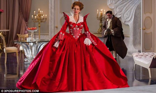 Lady in red: Julia Roberts ostenta uma série de enormes, vestidos opulentos no filme que é lançado no final deste mês