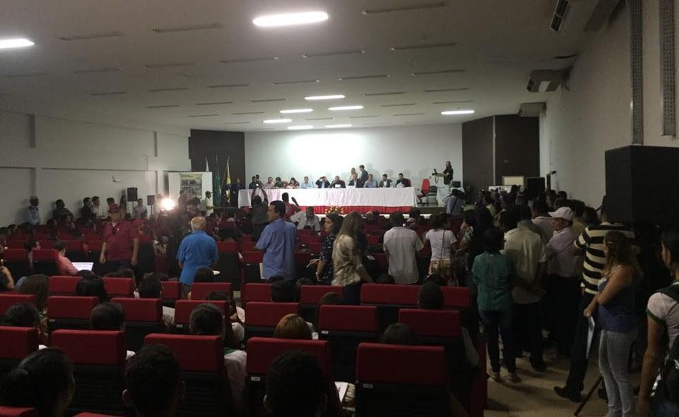 Deputados, prefeitos e representantes de órgãos ambientais compuseram mesa de honra durante audiência (Foto: Juliana Gorayeb/G1)