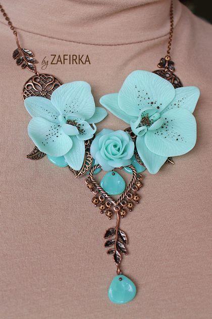Колье `Mint`. Небольшое, слегка асимметричное колье с орхидеями и розой нежного мятного оттенка. Цветы выполенены из термопластики, не боятся воды, не хрупкие. В композиции также чешские стеклянные лепестки.