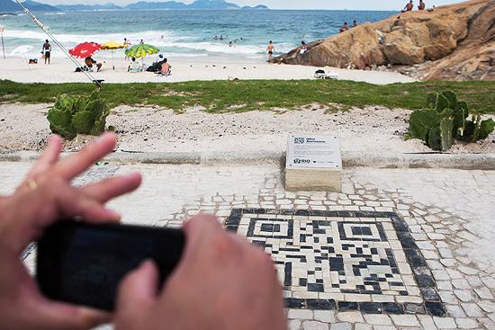 O QR Code da praia do Arpoador foi confeccionado em pedras portuguesas para passar informações