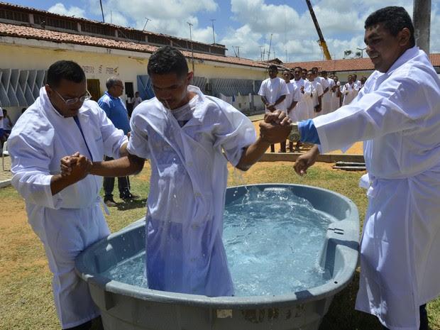 Com ajuda de pastores, presos são mergulhados em caixa d'água  (Foto: Andréa Tavares )
