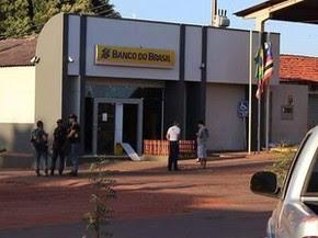 Agência bancária de Riachão (MA) na manhã desta quarta-feira (15) (Foto: Flávio Aires)
