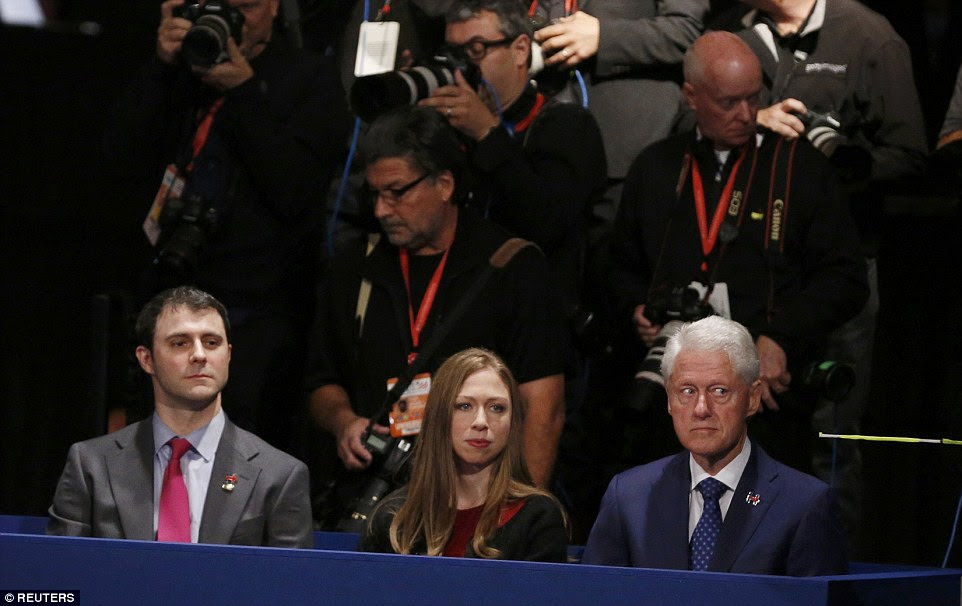 Os olhos têm-: Às vezes o rosto de Bill Clinton sugeriu que ele não estava feliz com seus próprios supostos crimes e contravenções sendo levantadas no debate.  Ele estava na caixa de família com filha Chelsea e seu marido Marc Mezvinsky