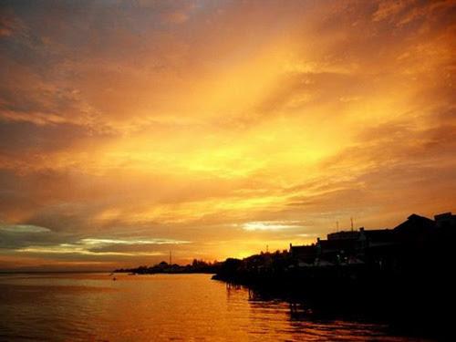 pemandangan sunset  di pantai belakang ruko bandar jpg