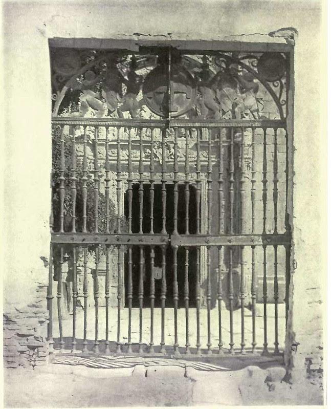 Reja de la entrada del Hospital de Santa Cruz. Fotografía de Austin Whittlesey a comienzos del siglo XX. © University of Toronto