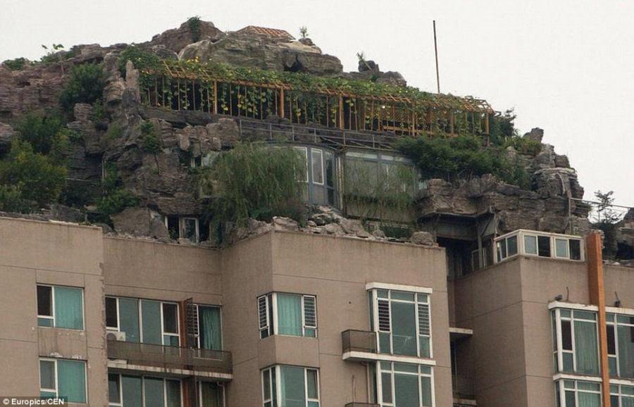 Empresário excêntrico constrói casa serrana no topo de um prédio em Beijing 07