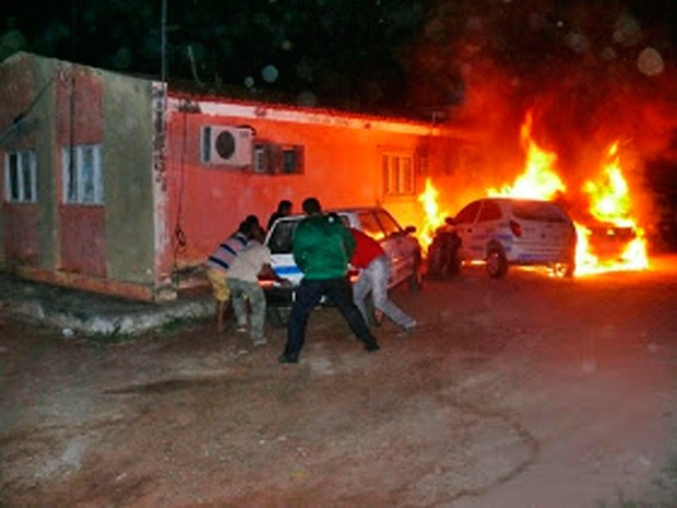 Moradores da região e os próprios funcionários da Emater tentaram salvar os veículos do incêndio (Foto: Francisco Coelho/Focoelho.com)