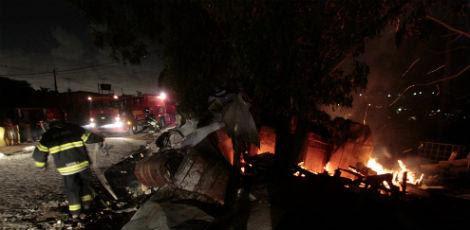 Os bombeiros conseguiram controlar as chamas no início da noite desta quarta-feira (12) / Foto: Alexandre Gondim/JC Imagem