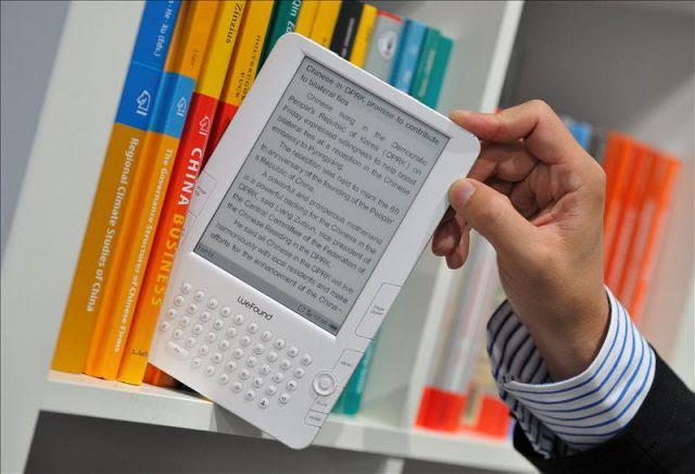 Libro tradicional y electrónico comparten estantería; lo importante es fomentar la lectura, sin importar el formato