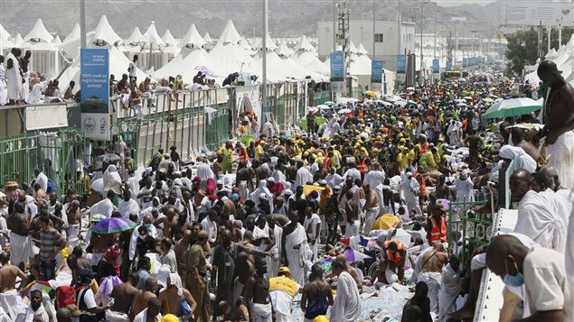 Des pèlerins se réunissent autour des gens qui ont trouvé la mort dans la bousculade survenue près de La Mecque.
