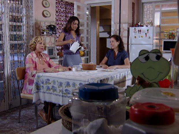 Griselda escuta o conselho das amigas (Foto: Fina Estampa/TV Globo)