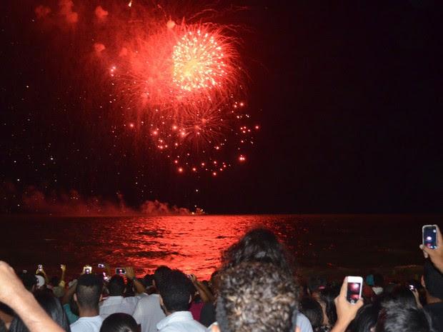 Queima de fogos iluminou o mar das praias de Tambaú e Cabo Branco em João Pessoa  (Foto: Frederico Martins/G1)