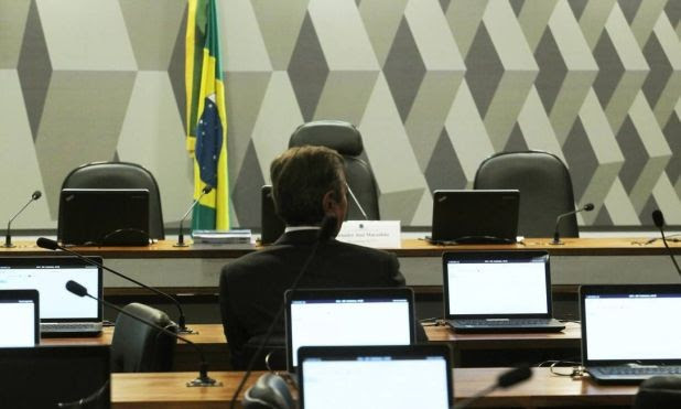 O senador Fernando Collor foi o primeiro a chegar para a sabatina de Rodrigo Janot (Foto: Jorge William / O Globo)