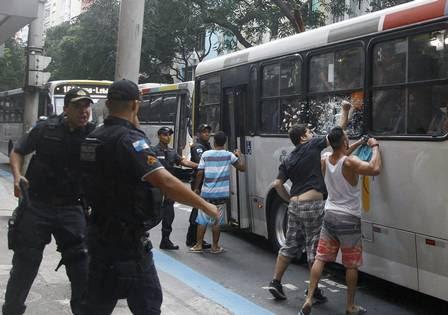 Jovens quebram ônibus durante confusão em Copacabana