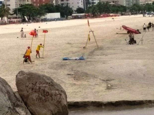 Bombeiros localizaram corpo de rapaz em praia de São Vicente, SP (Foto: G1)
