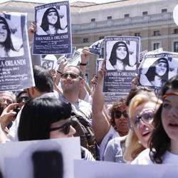 Manifestanti con immagini di Emanuela Orlandi (2012)