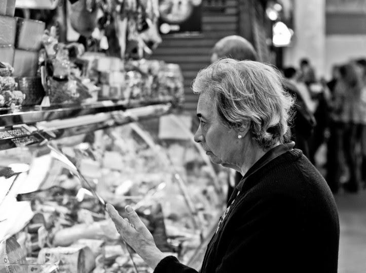 <p>Una mujer compra en el mercado dela Boquería, en Barcelona.</p>