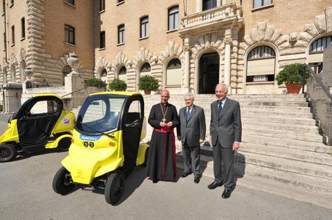 Poste Italiane consegna a Monsignor Fisichella 2 Free duck
