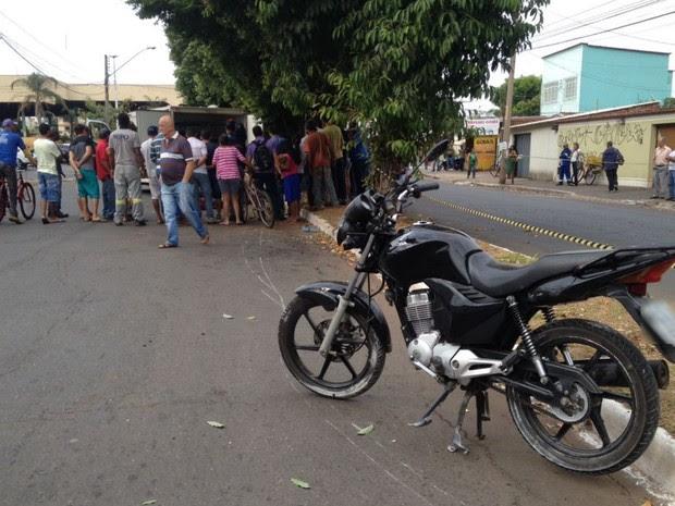 Dois homens morrer após moto bater contra árvore, em Goiânia, Goiás (Foto: Guilherme Mendes/TV Anhanguera)