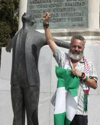 Sánchez Gordillo ante el monumento a Blas Infante este sábado.