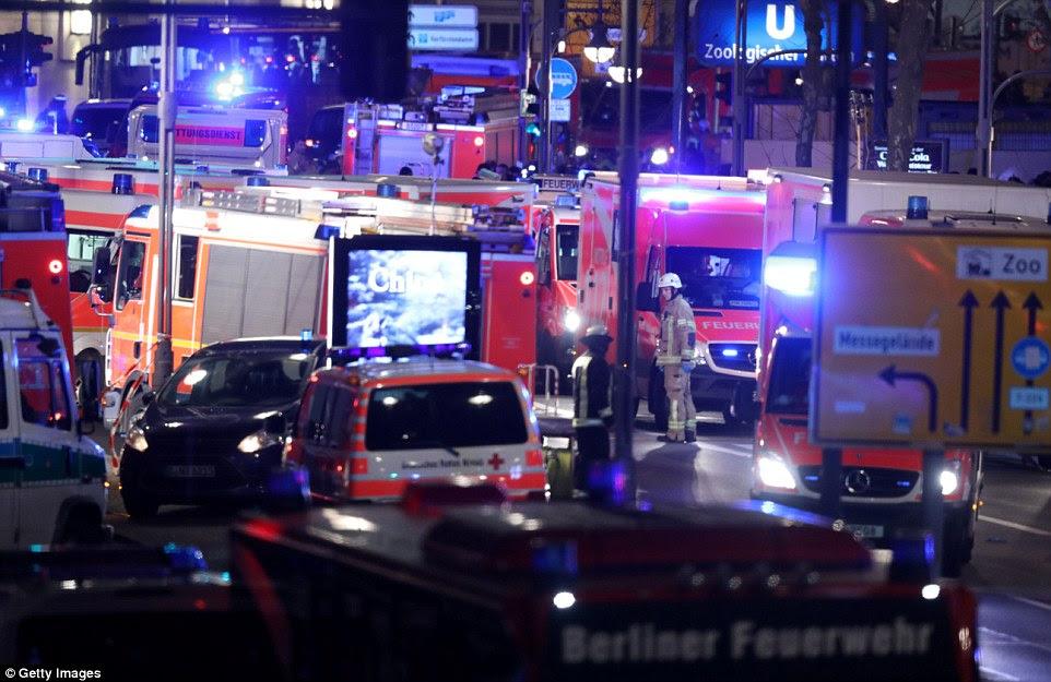Ambulâncias alinham as ruas como equipes de resgate tratar aqueles na cena do crime e tentar salvar os feridos criticamente