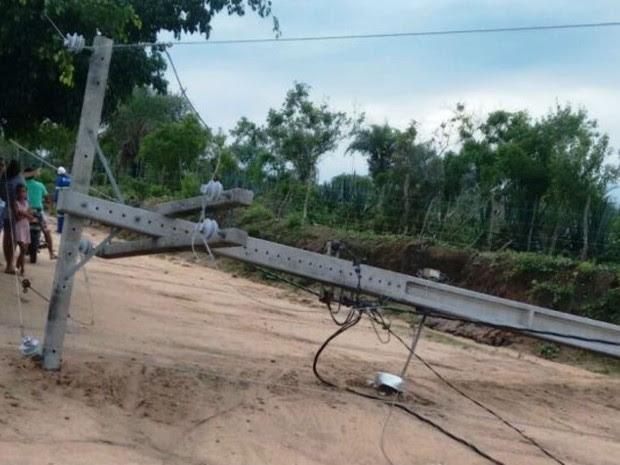 Postes caíram em povoado na zona rural de Retirolândia, na Bahia (Foto: Retiro Notícias)