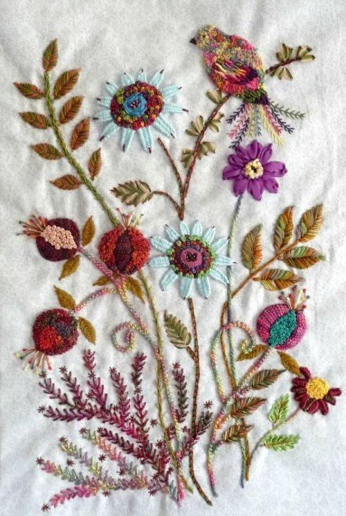 Lindo e delicado bordado feito a mão com flores e passarinho.