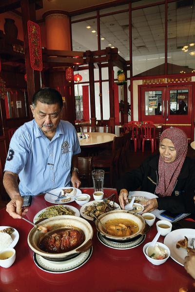 伊斯蘭教義對飲食有嚴格的規定,除了豬、血不食外, 牲畜宰殺亦需經誦經程序。圖為華裔穆斯林用餐情景。