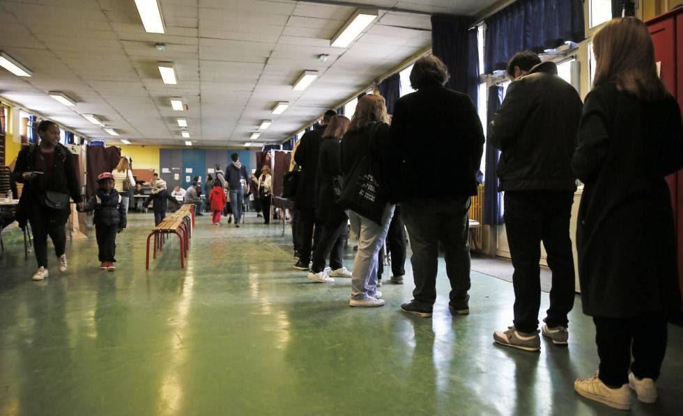 Votación en un colegio electoral de París.