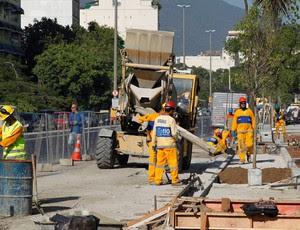 Obras operários maracanã reabertura  (Foto: Domingos Peixoto / Agência O Globo)