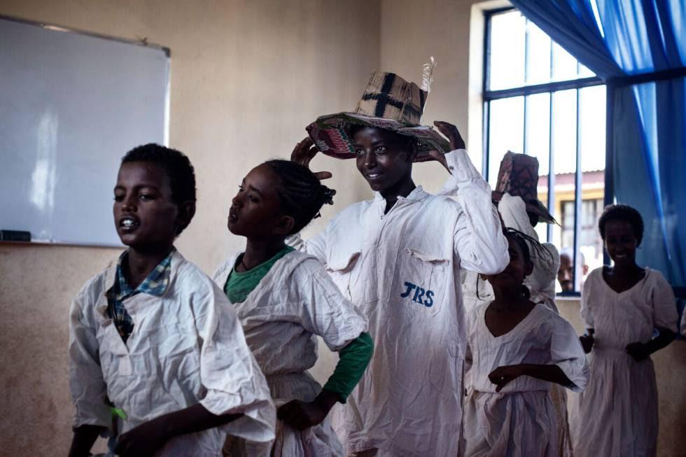 Niños refugiados en un taller en el campo de Adi Harush (Etiopía). Foto: Gabriel PecotODI.