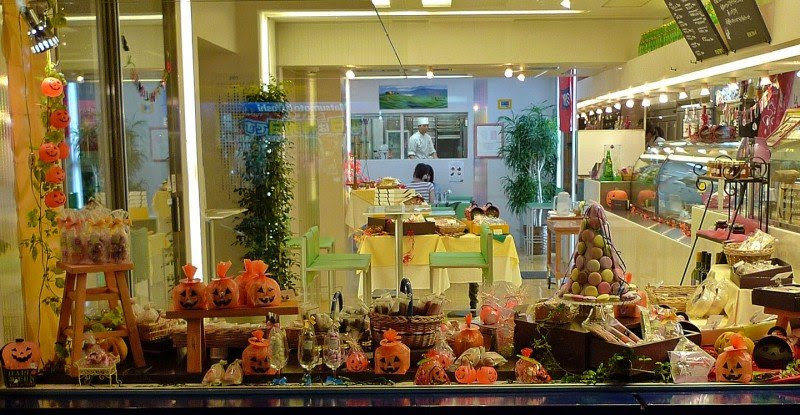 25 Examples of Halloween Retail Displays to Inspire You - Cute Sweet Shop Display - Halloween Retail Displays - Halloween Retail Ideas - Halloween Display Ideas