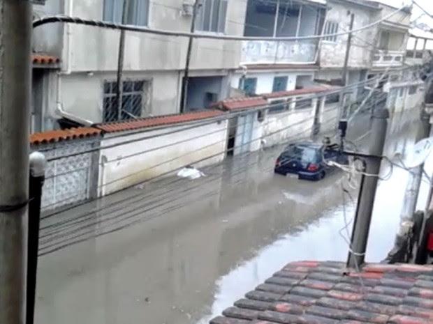 Em Realengo, na Rua Engenheiro Mirando Ribeiro, um carro ficou debaixo d'água devido às chuvas (Foto: Marcio Carvalho)
