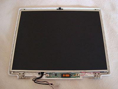Наша цель близка, осталось выкрутить всего 4 винта для извлечения экрана ноутбука ASUS M3N