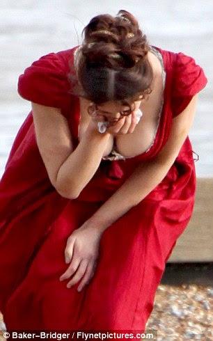 Donzela em perigo: Gemma tiro uma cena em que sua personagem está chorando e se decompõe como ela corre ao longo da praia