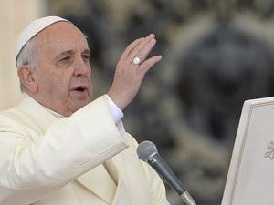 Papa rezou para 13 mil pessoas na Praça de São Pedro, no Vaticano (Foto: Andreas Solaro/AFP)