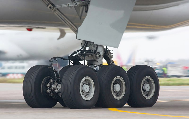 File:Boeing-777-300 chassis.jpg
