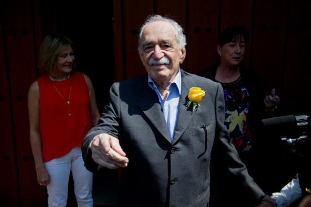 Gabriel García Márquez greets fans and reporters