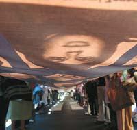 La bandera con las caras de los desaparecidos