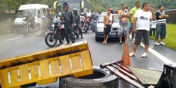 População fechou rodovia em Cubatão (Alexandre Valdívia / TV Tribuna)