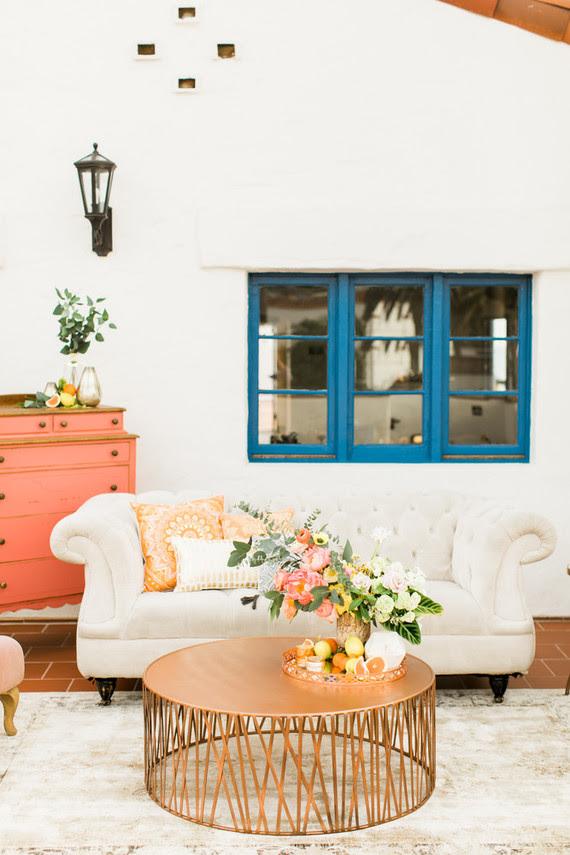 Die Hochzeit lounge wurde mit einem weißen sofa, einer Kupfer-Tabelle, Zitrus-und Fett-Blüten
