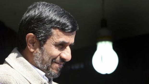 O presidente do Irã, Mahmoud Ahmadinejad, discursa nesta quarta-feira (9) em Shahrekord (Foto: AP)