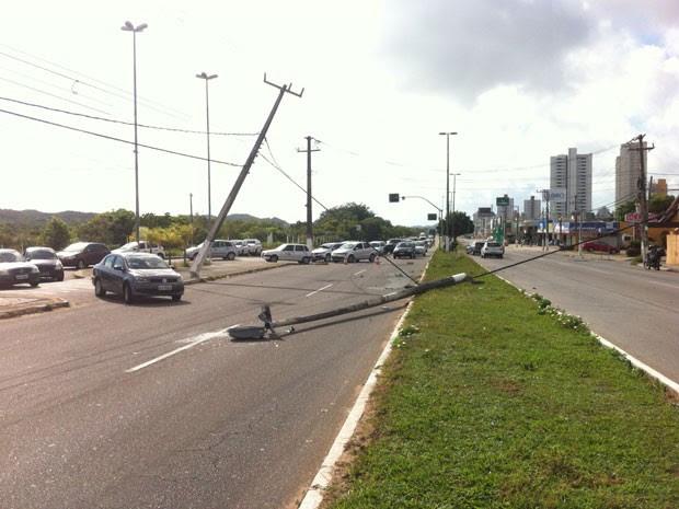 Poste tombou em meio as pistas da avenida Engenheiro Roberto Freire, na zona Sul de Natal (Foto: Matheus Magalhães/G1)