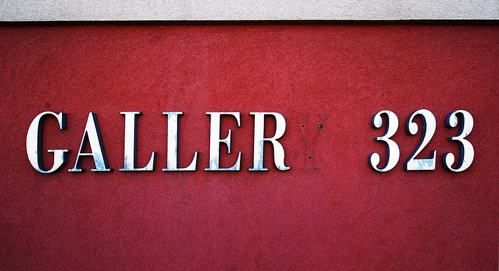 A sign on a building: Galler 323