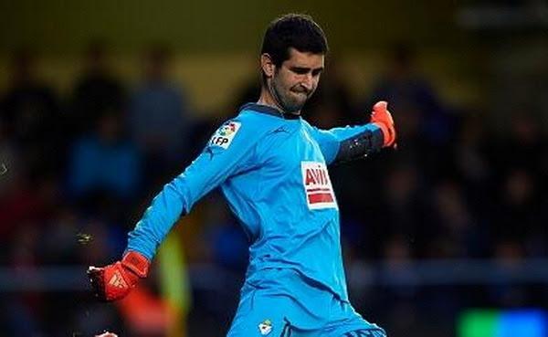 Asier Riesgo Unamuno (Deva, Guipúzcoa, España, 6 de octubre de 1983) es un futbolista español. Juega de portero para el Sociedad Deportiva Eibar en la Primera División de España. Trayectoria: 2001-2002 Real Sociedad B 2002-2004 SD...