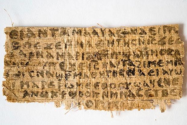 Pedaço de papiro traz a inscrição: 'Jesus disse a eles, minha esposa' (Foto: Karen L. King/Harvard/Divulgação)