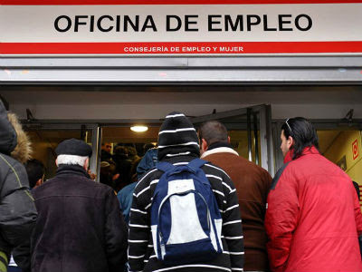 Personas paradas esperan frente a una Oficina de Empleo. PÚBLICO.ES
