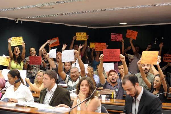 Manifestantes protestam contra o deputado Marco Feliciano na Comissão de Direitos Humanos da Câmara (Foto: Alexandra Martins / Câmara dos Deputados)