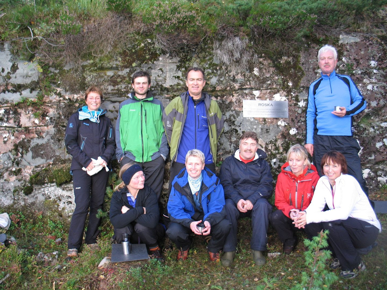 Alle samlet ved minneplakettensom ble satt opp 6. september '09 - unntatt 'turlederen' Danckert som tok bildet.