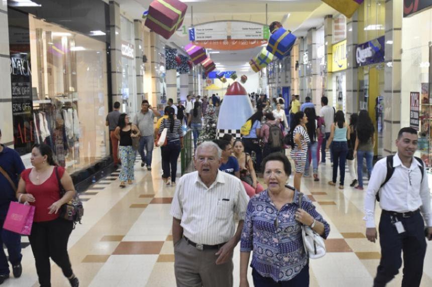 Una pareja pasea por un Centro Comercial. Giovanny Escudero